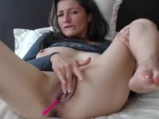 Webcam Belle - liliiqueeen big tits cam babe loves satisfying her delicious pussy online