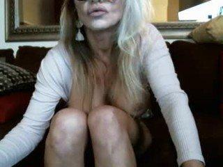 Webcam Belle - sexymilfwcub cam girl showing big tits and big ass