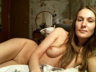 Webcam Belle - kissyl9 european cam babe rubs her smooth pussy till she cums
